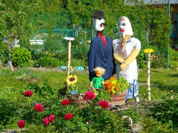 Как украсить сад пугало